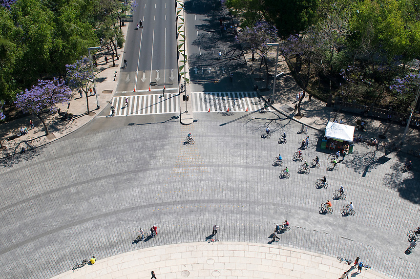 Bicycle riders shot from the Angel of Independence. Shooting location for future bisentenial arc.  Fernando Romero