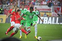 Luiz Gustavo (VfL) gegen Shinji Okazaki (Mainz)- 1. FSV Mainz 05 vs. VfL Wolfsburg, Coface Arena, 3. Spieltag