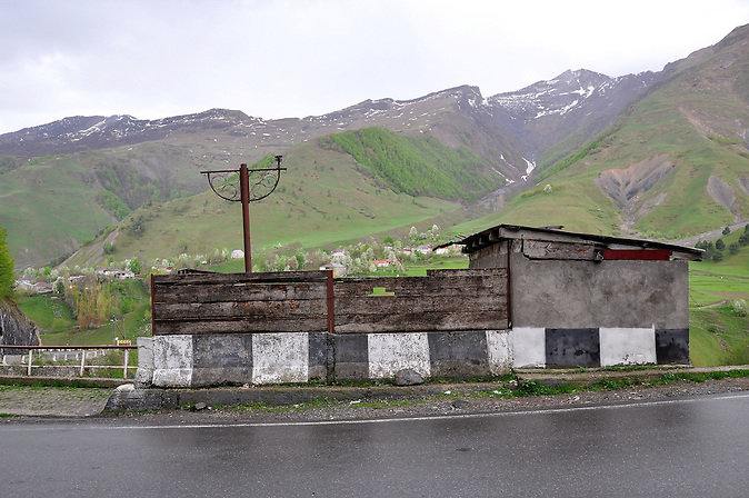 Georgische Heerstraße nach Kazbegi. / Highroad in the caucasian mountains nearby Kazbegi.