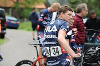 WIELRENNEN: DRACHTEN: 09-05-2015, Wielervereniging Woonexpo Kapenga uit Drachten organiseerde het Wielercomit&eacute; A7 Classic in samenwerking met de On Tour Bikes A7 Classic. Deze klassieker over circa 160 km georganiseerd voor de categorie Elite en Belofte met start en finish in Drachten is onderdeel van de clubcompetitie van de KNWU. Dit jaar stonden er 28 ploegen van 6 renners aan het vertrek, waaronder een aantal prominente topschaatsers, zoals Sven Kramer, Douwe de Vries en Wouter olde Heuvel, ook marathonschaatser Gary Hekman was van de partij (rood zwart),<br /> Om 12.00 uur werd het startschot gegeven voor de 12e On Tour Bikes A7 Classic, de finish was rond 16.00 uur. Eerste werd Bram de Kort tweede Jason van Dalen en op de derde plaats Bj&ouml;rn Bakker, &copy;foto Martin de Jong