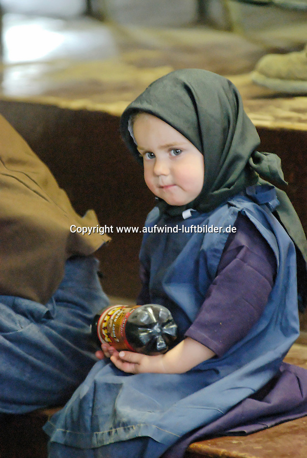 4415 / Amish Maedchen: AMERIKA, VEREINIGTE STAATEN VON AMERIKA,PENNSYLVANIA,  (AMERICA, UNITED STATES OF AMERICA), 13.09.2006: Amisch, Amish Maedchen, Amish Kind bei einer Viehauktion..Die Amischen sind eine christliche Religionsgemeinschaft. Sie haben ihre Wurzeln in der Taeuferbewegung des 16. Jahrhunderts. Im Jahre 1693 spalteten die Amischen sich von der Gruppe der Mennoniten ab. Heute leben sie in 26 Staaten der USA in 1.204 Siedlungen...Sie fuehren ein stark im Agrarbereich verwurzeltes Leben und sind bekannt dafuer, dass sie den technischen Fortschritt in vielen Faellen ablehnen und Neuerungen nur nach sorgfaeltiger Ueberlegung akzeptieren. Die Amischen legen groÃen Wert auf Familie, Gemeinschaft und Abgeschiedenheit von der Aussenwelt. Sie stammen ueberwiegend von suedwestdeutschen Dialektsprechern und Deutschschweizern ab und sprechen untereinander deutsche Mundart...