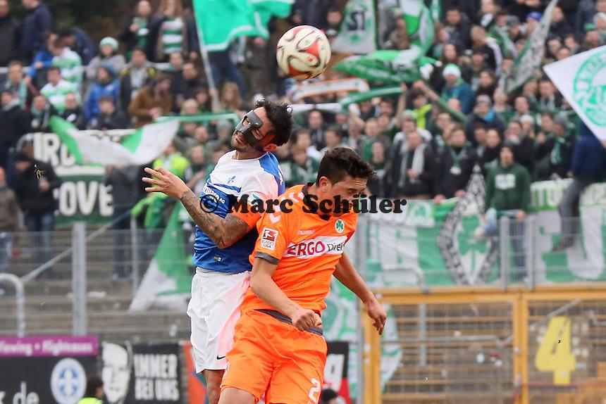 Aytac Sulu (SV98) gegen Benedikt Roecker (Fuerth) - SV Darmstadt 98 vs. SpVgg. Greuther Fuerth, Stadion am Boellenfalltor