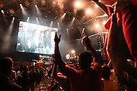 SÃO PAULO, SP - 19.06.2013: JOGOS DA SELEÇÃO ANHANGABAÚ  - Torcedores vaiam o governador Geraldo Alckmin e o Prefeito Fernando Haddad durante o pronunciamento que foi transmitido no telão  do Vale do Anhangabaú em São Paulo. (Foto: Marcelo Brammer/Brazil Photo Press)