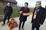 Foto: VidiPhoto<br /> <br /> DODEWAARD &ndash; Fruittelers moeten meer samenwerken met de Wageningen Universiteit (WUR) en hun PR beter aanpakken. Dat is de boodschap van de landelijke en provinciale SGP vrijdag tijdens het werkbezoek aan het fruitbedrijf VreeFruit in Dodewaard, op uitnodiging van de Nederlandse Fruittelers Organisatie (NFO). De Betuwse fruitteler is een van de eerste in zijn sector die volledig Plant Proof teelt en bovendien gecertificeerd is voor export aan diverse landen. De staatkundigen kregen op hun beurt te horen dat het droefenis troef is in de sector. De prijzen van peren en appels zijn nog nooit zo laag geweest, vooral door de boycot van Rusland. De verwachting is dat de Brexit daar nog een schepje bovenop doet. Het aantal schadeveroorzakende insecten neemt fors toe, omdat in Nederland geen bestrijdingsmiddelen ingezet mogen worden die elders in Europa wel worden gebruikt. Fruitschade door vogels is een steeds groter probleem en de rattenoverlast loopt enorm uit de hand. Dat laatste komt omdat agrari&euml;rs geen rattengif meer mogen gebruiken. Veel stalbranden worden veroorzaak doordat ratten kabels aanvreten en er vervolgens kortsluiting ontstaat. Boeren krijgen echter de schuld van milieupartijen. Foto: NFO-voorzitter Gerard van den Anker overhandigt SGP-kamerlid Roelof Bisschop een kistje met Betuws fruit. Links gastheer en fruitteler Thomas de Vree.