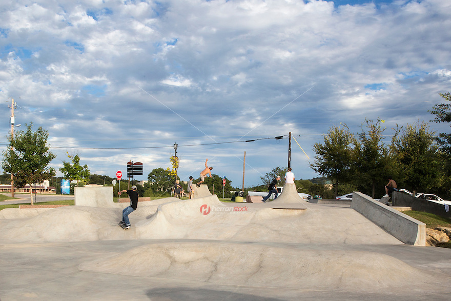 Marble Falls, Texas' Falls Creek Skatepark features a 12,000-square-foot concrete and granite skateboard park with a number of unique and challenging ramps and rails. Falls Creek Park has several picnic tables, barbeque pits, a canoe-launch area and restroom facilities - Stock Image.