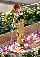 Nederland - Amsterdam - 2019. Boeddhadag in de Nieuwmarktbuurt in Amsterdam. Viering van de geboorte van Boeddha. Ceremonie op de Nieuwmarkt. Men plengt water over een klein Boeddha beeldje.       Foto Berlinda van Dam / Hollandse Hoogte