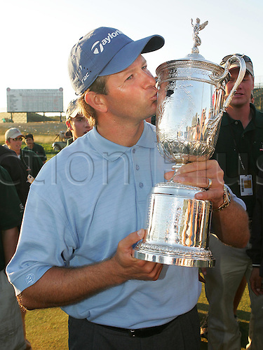 20 June 2004:  RETIEF GOOSEN from South Africa kisses the trophy after winning the U.S. Open at Shinnecock Hills GC in Southampton, N.Y. Photo: Anthony J. Causi/Icon/Action Plus...golf golfer trophy trophies winner winners kiss kisses kissing rsa