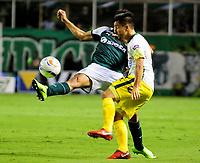 PALMIRA-COLOMBIA-27-04-2018: Andrés Felipe Roa (Izq.) jugador de Deportivo Cali disputa el balón con Sherman Cárdenas (Der.) jugador de Atlético Bucaramanga, durante partido entre Deportivo Cali y Atlético Bucaramanga, de la fecha 18 por la liga Aguila I 2018, jugado en el estadio Deportivo Cali (Palmaseca) en la ciudad de Palmira. / Andres Felipe Roa (L) player of Deportivo Cali vies for the ball with Sherman Cardenas (R) player of Atletico Bucaramanga, during a match between Deportivo Cali and Atletico Bucaramanga, of the 18th date for the Liga Aguila I 2018, at the Deportivo Cali (Palmaseca) stadium in Palmira city. Photo: VizzorImage  / Nelson Rios / Cont.