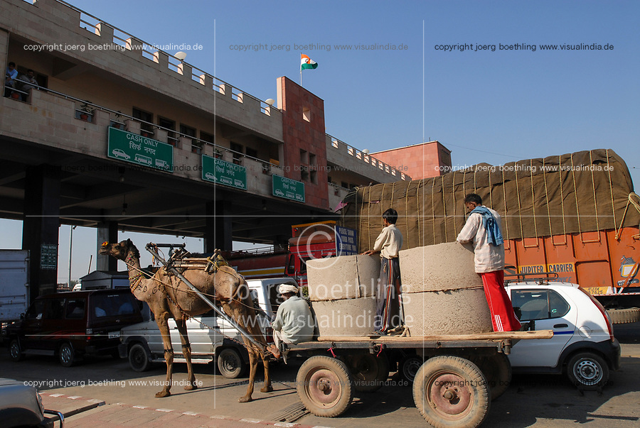 India, camel cart at Toll Station, highway between Delhi and Jaipur / INDIEN <br /> Highway zwischen Delhi und Jaipur Tollstation, Kontrast Camelwagen und Autos