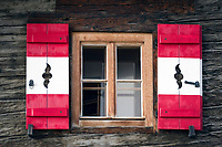 Oesterreich, Kaernten, Nationalpark Hohe Tauern: Fenster mit rot-weissen Fensterlaeden | Austria, Carinthia, High Tauern National Park: window with red-white shutters