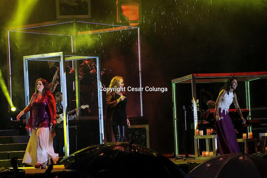 Quer&eacute;taro, Quer&eacute;taro. 23 de septiembre de 2016.- &nbsp;Con una esperada lluvia, que sirvi&oacute; de antesala para poner en calor al p&uacute;blico queretano, el trio de inigualables voces Pandora enamor&oacute; nuevamente a su audiencia que cant&oacute; con ellas en la Plaza de Toros de Provincia Juriquilla. En este concierto las cantantes aprovecharon para rendir un in&eacute;dito homenaje al compositor y cantante Juan Gabriel quien recientemente falleci&oacute; a la edad de 66 a&ntilde;os en EU. <br /> <br /> Foto: C&eacute;sar Colunga