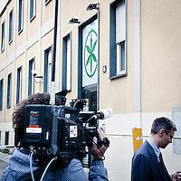 Troupe televisvise e giornalisti davanti alla sede della Lega Nord a seguire lo scandalo del tesoriere francesco Belsito..Television crews and journalist in front of the Lega Nord headquarter following the Francesco Belsito scandal.