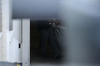 SAO PAULO SP, 06 MARCO 2013 - Policiais do IML deixam o prédio de Chorão, vocalista e líder da banda de rock santista, Charlie Brown Jr, onde o músico foi encontrado morto nesta madrugada, 6, em Pinheiros, na zona oeste de São Paulo. (FOTO: ADRIANO LIMA / BRAZIL PHOTO PRESS).