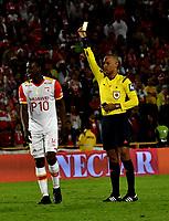 BOGOTA - COLOMBIA - 23 - 04 - 2017: Nolberto Ararat (Der.), arbitro, muestra tarjeta amarilla a Baldomero Perlaza (Izq.), jugador de Independiente Santa Fe, durante partido de la fecha 14 entre Independiente Santa Fe y Rionegro Aguilas, por la Liga Aguila I-2017, en el estadio Nemesio Camacho El Campin de la ciudad de Bogota. / Nolberto Ararat (R), referee, shows yellow card to Baldomero Perlaza (L) player of Independiente Santa Fe, during a match of the date 14 between Independiente Santa Fe and Rionegro Aguilas, for the Liga Aguila I -2017 at the Nemesio Camacho El Campin Stadium in Bogota city, Photo: VizzorImage / Luis Ramirez / Staff.