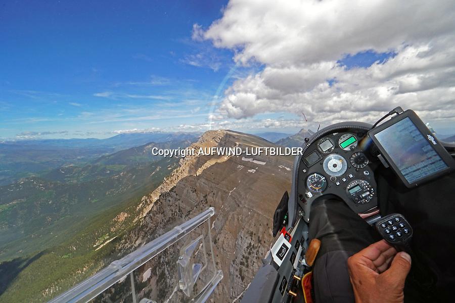 Blick aus einem Cockpit eines Segelflugzeugs entlang der Serra del Cadi in den Pyrenäen: EUROPA, SPANIEN,  (EUROPE, SPANIEN), 18.06.2018: Blick aus einem Cockpit eines Segelflugzeugs entlang der Serra del Cadi in den Pyrenäen<br /> <br /> Der 22,6 km lange Gebirgszug Serra del Cadí ist Teil der Pre-Pyrenäen und liegt im Norden Kataloniens, Spanien. Das in einer Ost-West Achse ausgerichtete Massiv liegt auf dem Gebiet der Comarcas Alt Urgell, Cerdanya und Berguedà. Es grenzt im Norden an die Pyrenäen, im Süden an den Fluss Riu de Lavansa und seine Nebenflüsse, im Westen an den Gebirgszug Monsec de Tost und reicht im Osten bis an den Berg Comabona.