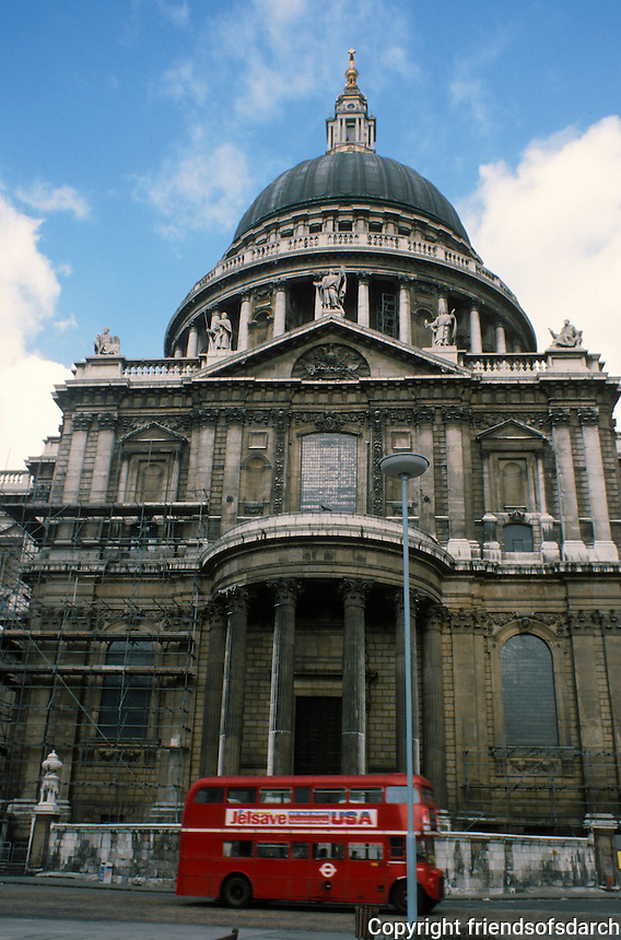 Sir Christopher Wren: St. Paul's Cathedral and the Red Bus. Frontal view and dome. Photo '90.