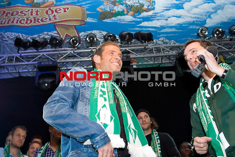 FBL 09/10 Werder Bremen 17.10.2009<br /> <br /> Nach dem Sieg gegen die TSG 1899 Hoffenheim, geht die Mannschaft geschlossen zum 974. Bremer Freimarkt ins Bayern-Zelt und feiert ausgelassen.<br /> <br /> Tim Wiese (GER Werder Bremen Keeper / Torwart #1) spricht mit Moderator Arnd Zeigler.<br /> <br /> Foto &copy; nph ( nordphoto ) *** Local Caption *** *** Local Caption *** <br /> Fotos sind ohne vorherigen schriftliche Zustimmung ausschliesslich fŁr redaktionelle Publikationszwecke zu verwenden.<br /> <br /> Auf Anfrage in hoeherer Qualitaet/Aufloesung
