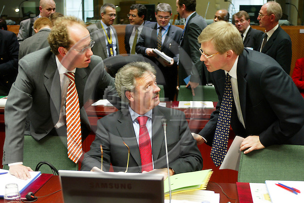 BRUSSELS - BELGIUM - 07 JANUARY 2005 --Extraordinary General Council meeting with Foreign Ministers concerning the Tsunami disaster in Asia. -- The President of the council Jean ASSELBORN(L), Minister for Foreign Affairs of Luxembourg, gets advice from his aides before he opens the meeting. -- PHOTO: ERIK LUNTANG / EUP-IMAGES