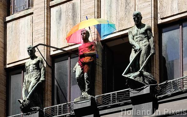 Nederland Amsterdam - Augustus 2018. Gay Pride. Beeld in de Leidsestraat met regenboogparaplu.  Foto Berlinda van Dam / Hollandse Hoogte