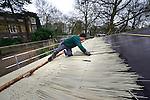 AMSTERDAM - In de Amsterdamse dierentuin Artis legt Novariet kunststof riet aan op het dak van het lamaverblijf. De dakbedekking laat zich op dezelfde manier als natuurriet aanleggen, maar is volgens het bedrijf onbrandbaar, mosvrij en heeft een betere isolatiewaarde zodat de dakbedekking dunner kan. Net als echt riet hebben de stengels verschillende lengtes en breedte. COPYRIGHT TON BORSBOOM