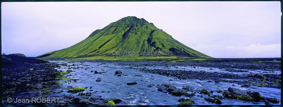 Volcan Maelifell au sud de l'Islande. Ce cône constitué de cendres solidifiées est né d'une éruption sous la calotte du glacier Myrdalsjökull. . . Mountain Maelifell in the highlands of Iceland born under the glacier Myrdalsjokull