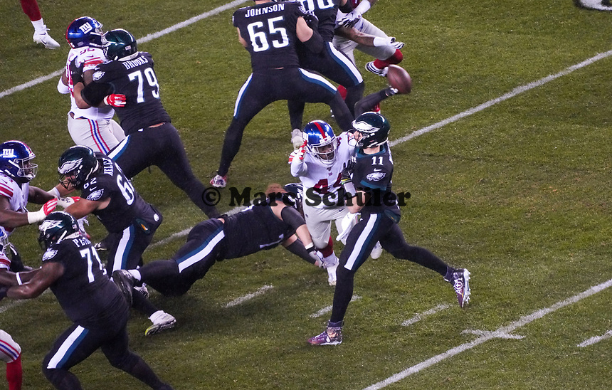 quarterback Carson Wentz (11) of the Philadelphia Eagles wirft einen Pass unter Druck von linebacker Markus Golden (44) of the New York Giants - 09.12.2019: Philadelphia Eagles vs. New York Giants, Monday Night Football, Lincoln Financial Field