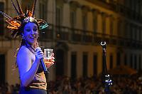 RIO DE JANEIRO, 20 DE FEVEREIRO DE 2012 - Bloco Cru - Lu Baratz (vocalista do Bloco Cru) durante desfile do Bloco Cru, que toca versões carnavalescas de clássicos do rock nacional e internacional. Desde Rage Against The Machine, passando por REM e até Rolling Stones tem um momento nesse bloco. O desfile acontece na Praça XV, centro do Rio de Janeiro. (Foto de Mauro Pimentel/Brazil Photo Press)