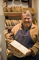 """Europe/France/Rhône-Alpes/73/Savoie/Chambéry: Denis Provent fromager  et un Bleu de Termignon , fromage  au lait de vache à pâte persillée """" Laiterie des Halles""""   2 place de Genève"""