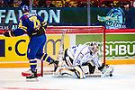 Stockholm 2014-05-03 Ishockey Oddset Hockey Games  Sverige - Finland :  <br /> Finlands m&aring;lvakt Pekka Rinne r&auml;ddar en straff av Sveriges Niklas Olausson <br /> (Foto: Kenta J&ouml;nsson) Nyckelord:  Oddset Hockey Games Sverige Swe Tre Kronor Finland Fin Globen Ericsson Globe Arena