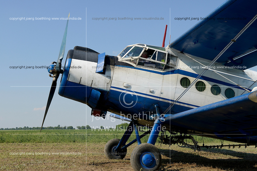 ROMANIA Banat, Antonov plane is used to spray pesticides on large fields / RUMAENIEN Banat, Antonov Flugzeug wird zum Spruehen von Pestiziden auf grossen Flaechen eingesetzt