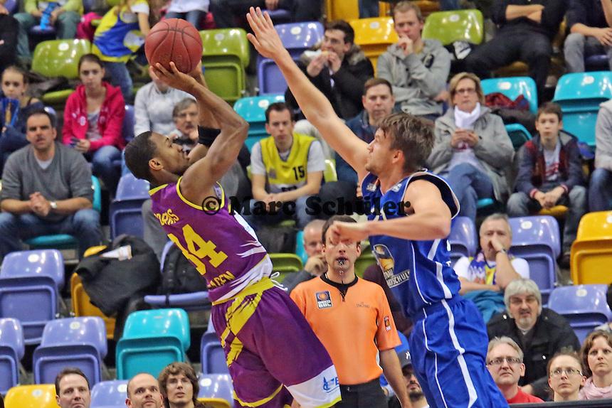 Mark Dorris (Hagen) wirft gegen Danilo Barthel (Skyliners) - Fraport Skyliners vs. Phoenix Hagen, Fraport Arena Frankfurt