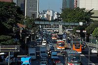 S&Atilde;O PAULO - SP - 01,08,2014 - TR&Acirc;NSITO REBOU&Ccedil;AS - O motorista trafega com lentid&atilde;o na Avenida Rebou&ccedil;as sentido Butant&atilde;/Centro.Regi&atilde;o oeste da cidade de S&atilde;o Paulo,nessa sexta-feira,01<br /> (Foto:Kevin David/Brazil Photo Press)