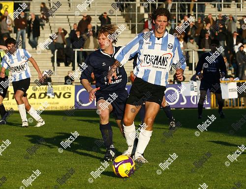 2009-11-08 / voetbal / Geel-Meerhout - Neerpelt / Hartijn Plessers zoekt naar de vrije man voor Geel-Meerhout.