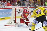 Daniel Pietta (Krefeld Pinguine, Nr. 86) scheitert an Mathias Niederberger (Duesseldorfer EG, Nr. 35)<br /> im DEL-Spiel der Duesseldorfer EG gegen die Krefeld Pinguine (06.03.2020). beim Spiel in der DEL, Duesseldorfer EG (rot) - Krefeld Pinguine (gelb).<br /> <br /> Foto © PIX-Sportfotos *** Foto ist honorarpflichtig! *** Auf Anfrage in hoeherer Qualitaet/Aufloesung. Belegexemplar erbeten. Veroeffentlichung ausschliesslich fuer journalistisch-publizistische Zwecke. For editorial use only.