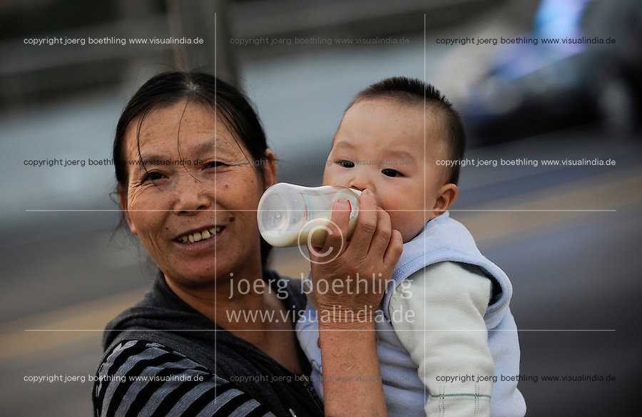 CHINA province Guangdong, city Guangzhou, mother with child / VR CHINA , Metropole Guangzhou Kanton, Mutter mit Kind