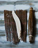 Europe/France/Poitou-Charentes/17/Charente-Maritime:  La jonchée, ce fromage frais au lait de vache en forme de fuseau d'une vingtaine de centimètres de long et de couleur blanche, doit son nom aux stries laissées à sa surface par les claies de jonc du moule dans lequel il est confectionné.Poivrée, aillée, persillée, ou agrémentée de ciboulette, la jonchée peut se déguster en entrée, même si elle apparaît plutôt au dessert, sucrée, miellée, ou additionnée de confiture, ou encore, arrosée d'un coulis de fruits. Toutefois, sa pratique de consommation la plus authentique est la jonchée arrosée d'eau d'amande amère.<br />  - Stylisme : Valérie LHOMME