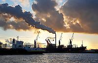 Nederland Amsterdam  2017.    De haven van Amsterdam. In de achtergrond de schoorsteenpijp van de kolencentrale van Nuon aan de Hemweg. Foto Berlinda van Dam / Hollandse Hoogte