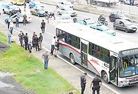 NITERÓI, RJ, 21.03.2017 - ASSALTO-ÔNIBUS - Após tentativa de assalto polícia cerca ônibus e assaltante faz os passageiros de reféns na subida da Ponte Rio-Niterói, nesta terça-feira, 21 (Foto: Clever Felix/Brazil Photo Press)