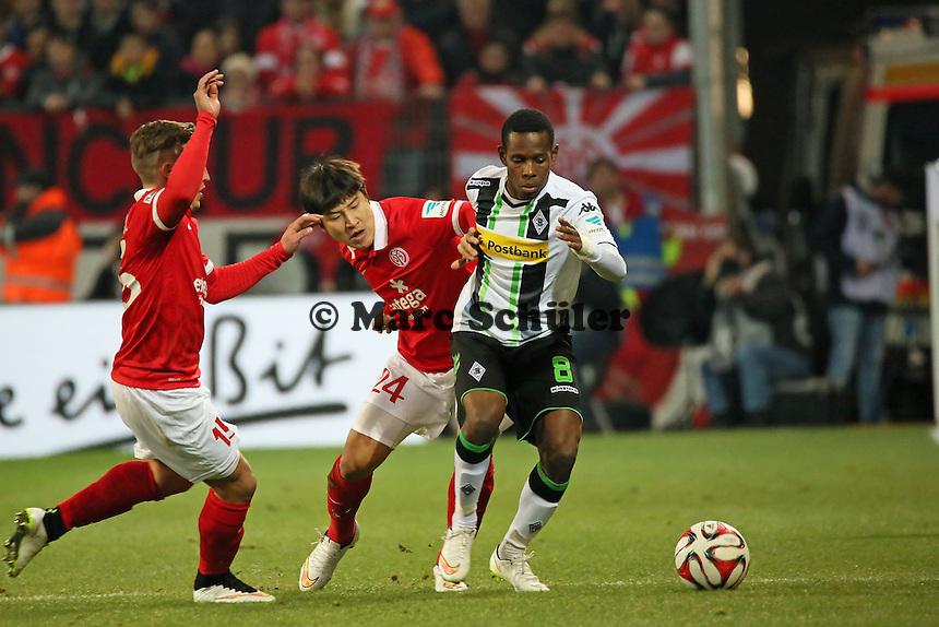 Ibrahima Traore (Borussia) gegen Joo-Ho Park (mainz) - 1. FSV Mainz 05 vs. Borussia Moenchengladbach, Coface Arena