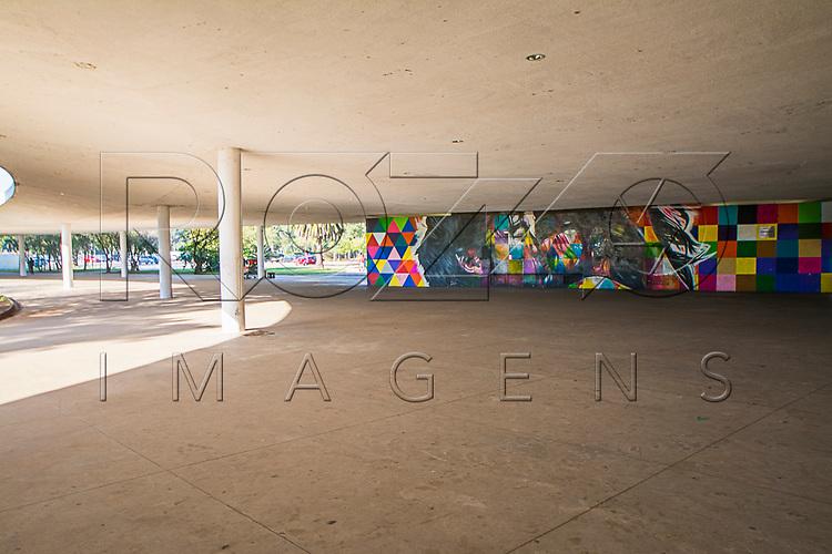 """Painel """"O beijo"""" do grafiteiro Eduardo Kobra na marquise do Parque do Ibirapuera, São Paulo - SP, 06/2016."""
