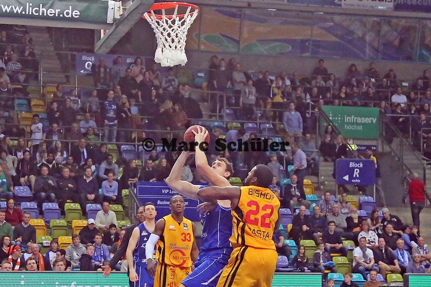 Johannes Voigtmann (Skyliners) gegen Rashad Bishop (Vechta) - Fraport Skyliners vs. Rasta Vechta, Fraport Arena Frankfurt