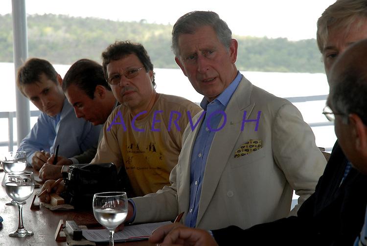 Príncipe Charles durante passeio de barco no rio Tapajós conversa com pesquisadores atuantes na Amazônia.<br /> Santarém, Pará, Brasil<br /> 14/03/2009<br /> Foto Paulo Santos