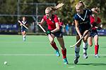 AMSTELVEEN  -  Anouk Stam (Pin) met Josien Galama (Lar) , hoofdklasse hockeywedstrijd dames Pinole-Laren (1-3). COPYRIGHT  KOEN SUYK