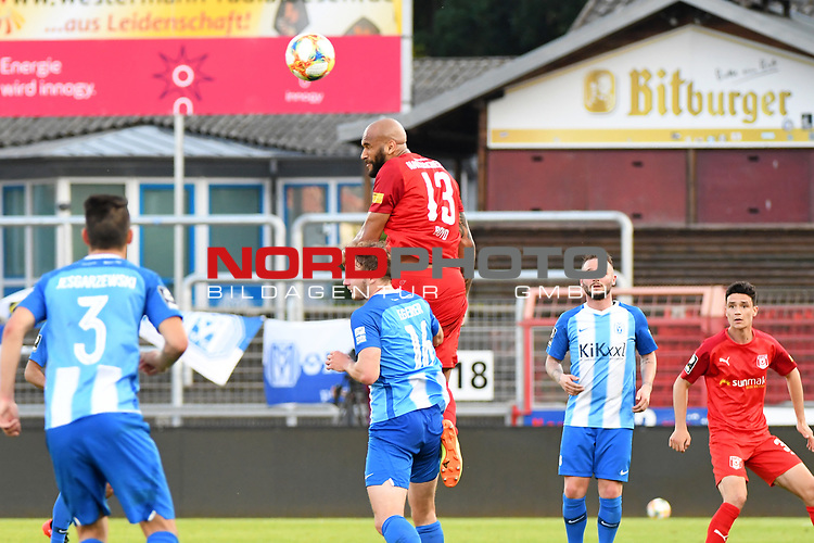 12.06.2020, Hänsch-Arena, Meppen, GER, 3.FBL, SV Meppen vs. Hallescher FC, <br /> <br /> im Bild<br /> Florian Egerer (SV Meppen, 16) und Terrence Boyd (Hallescher FC, 13) im Kopfballduell.<br /> <br /> <br /> DFL REGULATIONS PROHIBIT ANY USE OF PHOTOGRAPHS AS IMAGE SEQUENCES AND/OR QUASI-VIDEO<br /> <br /> Foto © nordphoto / Paetzel