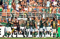 ATENÇÃO EDITOR: FOTO EMBARGADA PARA VEÍCULOS INTERNACIONAIS - SÃO PAULO, SP, 16 DE SETEMBRO DE 2012 - CAMPEONATO BRASILEIRO - PALMEIRAS x CORINTHIANS: Luan (e) é expulso durante partida Palmeiras x Corinthians, válida pela 25ª rodada do Campeonato Brasileiro no Estádio do Pacaembú. FOTO: LEVI BIANCO - BRAZIL PHOTO PRESS
