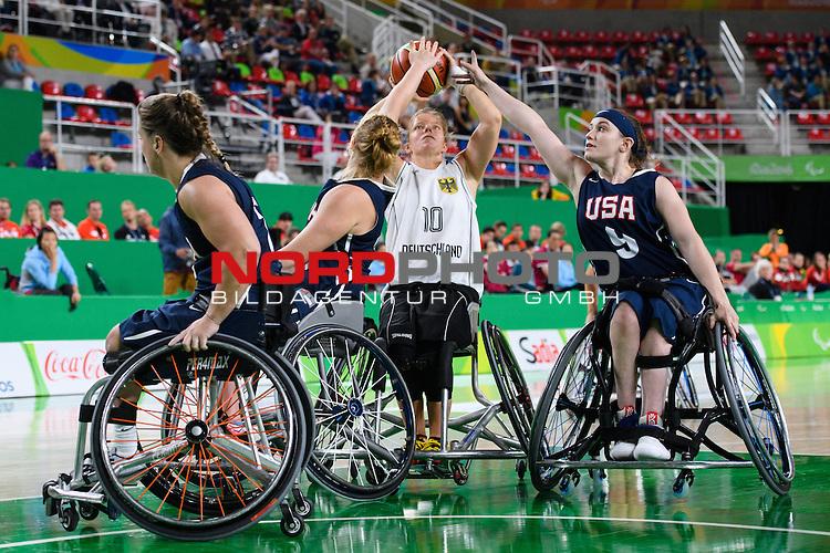 16.09.2016, Rio de Janeiro, Olympische Arena<br />Paralympische Spiele, Rollstuhl Basketball Frauen, Finale, Deutschland (GER) vs. USA<br /><br />Zweikampf zwischen Gesche SchŸnemann / Schuenemann (#10 GER) und Rose Hollermann (#15 USA), Desiree Miller (#9 USA)<br /><br />  Foto &copy; nordphoto / Kurth
