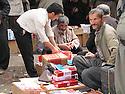Iran 2004  Sanandaj: au march&eacute; les vendeurs de cigarettes de contrebande.<br /> Iran 2004.Sanandaj: selling smuggling cigarettes in the market<br /> ئیران 2004 ,بازاری سنه , ئه م که سه, جگه ره ی قاچاق ده فروشی