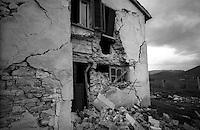 Terremoto in Umbria .Nocera Umbra  (PG)    13 Marzo 1998.Un edificio crollato nella  frazione di Isola.Earthquake in Umbria.Nocera Umbra (PG) March 13, 1998.A building collapsed in the village of Isola
