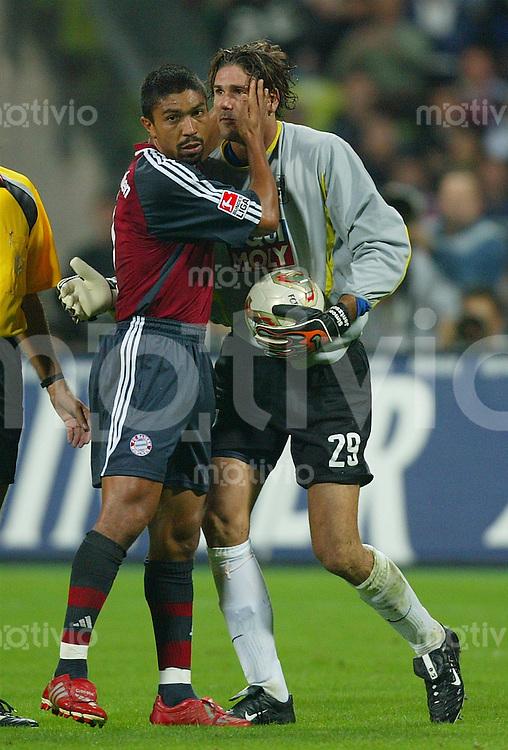 FUSSBALL 1. Bundesliga Saison 2002/2003 4.Spieltag FC Bayern Muenchen 3-1 TSV 1860 Muenchen    Giovane Elber (FCB,li) und Simon Jentzsch (1860)