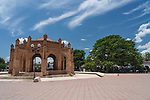 The La Pila fountain on the plaza of Chiapa de Corzo was built of bricks in 1562 in a Moorish style.  It is fifty two meters in circumference and twelve meters high.  At right is La Pochota, an ancient ceiba or kapok tree.